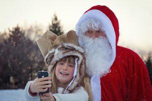 Jõuluvana ja laps telefoniga õues